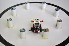 Ρομπότ με τα δοχεία σόδας σε έναν πίνακα στοκ εικόνες