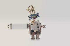 Ρομπότ με το ραβδί αποθήκευσης λάμψης usb Στοιχεία που αποθηκεύουν την έννοια, αφηρημένο μπλε eyed επικεφαλής, ηλεκτρικό καλώδιο  Στοκ Φωτογραφίες
