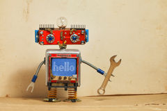 Ρομπότ μηχανημάτων Steampunk, κόκκινο επικεφαλής, μπλε σώμα οργάνων ελέγχου smiley Αναδρομικό παιχνίδι ηλεκτρολόγων Handyman, επί Στοκ Εικόνες