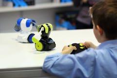 Ρομπότ πάλης μάχης παιχνιδιού αγοριών με τον τηλεχειρισμό Ρομποτική στοκ εικόνα