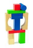 Ρομπότ παιχνιδιών αγώνα που γίνεται από τα ξύλινα ζωηρόχρωμα τούβλα παιχνιδιών Στοκ Εικόνες