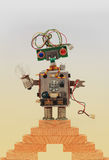 Ρομπότ παιχνιδιών πάνω από τα ξύλινα βήματα, εκλεκτής ποιότητας σκάλα Ευγενικά χαρακτήρας με το ηλεκτρικό καλώδιο hairstyle χειρο Στοκ Εικόνα