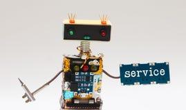 Ρομπότ παιχνιδιών handyman, πιάτο κατσαβιδιών και μικροτσίπ με την υπηρεσία κειμένων Ζωηρόχρωμες επικεφαλής κόκκινες μπλε λάμπες  Στοκ Φωτογραφία