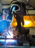 Ρομπότ που ενώνουν στενά σε ένα εργοστάσιο αυτοκινήτων Στοκ εικόνες με δικαίωμα ελεύθερης χρήσης