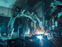 Ρομπότ που ενώνουν στενά σε ένα εργοστάσιο αυτοκινήτων Στοκ φωτογραφίες με δικαίωμα ελεύθερης χρήσης