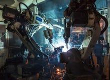 Ρομπότ που ενώνουν στενά τη βιομηχανία Στοκ εικόνα με δικαίωμα ελεύθερης χρήσης