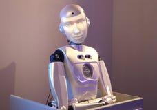 Ρομπότ που επαναλαμβάνει τις εκφράσεις του προσώπου του προσώπου που εξετάζει το Στοκ φωτογραφίες με δικαίωμα ελεύθερης χρήσης