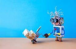 Ρομπότ που κινεί τον τροφοδοτημένο γρύλο παλετών με τους ξύλινους φραγμούς Forklift μηχανισμός κάρρων στον μπλε τοίχο, καφετί υπό Στοκ φωτογραφία με δικαίωμα ελεύθερης χρήσης