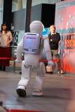 Ρομπότ που περπατά γύρω από να κάνει μια επίδειξη στο μουσείο Στοκ Φωτογραφίες