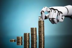 Ρομπότ που συσσωρεύει τα νομίσματα στο τυρκουάζ υπόβαθρο στοκ εικόνες