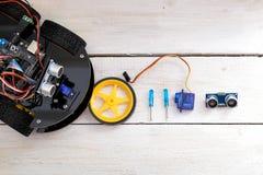 Ρομπότ σε τέσσερις ρόδες, ρόδα, κατσαβίδια και σερβο επάνω Στοκ εικόνες με δικαίωμα ελεύθερης χρήσης
