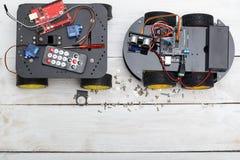 Ρομπότ δύο στις ρόδες και τα στοιχεία απαραίτητες για το ρομπότ assembl Στοκ εικόνες με δικαίωμα ελεύθερης χρήσης