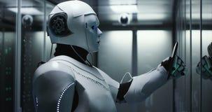 Ρομπότ Humanoid που ελέγχει τους κεντρικούς υπολογιστές σε ένα κέντρο δεδομένων απόθεμα βίντεο