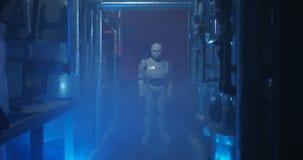 Ρομπότ Humanoid που στέκεται σε ένα αμυδρό εργαστήριο φιλμ μικρού μήκους