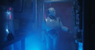 Ρομπότ Humanoid που στέκεται σε ένα αμυδρό εργαστήριο απόθεμα βίντεο
