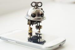 Ρομπότ Steampunk με το smartphone Στοκ εικόνες με δικαίωμα ελεύθερης χρήσης