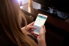 ΡΟΣΑΡΙΟ, ΑΡΓΕΝΤΙΝΗ - 30 ΜΑΐΟΥ 2018: Κορίτσι με το smartphone στα χέρια της και μια συνομιλία whatsapp στην οθόνη Νέα γυναίκα, mil Στοκ εικόνες με δικαίωμα ελεύθερης χρήσης