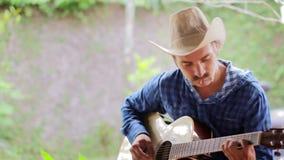 δροσερή καυκάσια κιθάρα παιχνιδιού ατόμων απόθεμα βίντεο