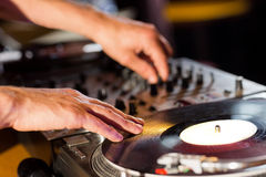 Δροσερό DJ που περιστρέφει τις γέφυρες Στοκ Εικόνα