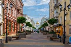 Ροστόφ--φορέστε, Ρωσία - 28 Ιουνίου 2018: Λαοί στην πάροδο Soborniy οδών ή την πάροδο καθεδρικών ναών Η διοργανώτρια πόλη Ροστόφ- στοκ εικόνα