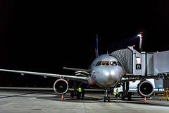 ΡΟΣΤΌΦ--ΦΟΡΕΣΤΕ, ΡΩΣΙΑ - 28 ΑΠΡΙΛΊΟΥ 2018: Αεριωθούμενα γέφυρα και αεροπλάνο στον αερολιμένα Platov Στοκ Φωτογραφίες