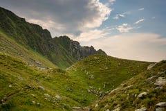 Ρουμανικά βουνά, Carpathians, με πράσινα mountainsides Στοκ Φωτογραφία