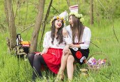 Ρουμανικά κορίτσια που φορούν τον παραδοσιακό ιματισμό στοκ εικόνες
