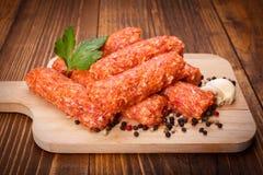 Ρουμανικά λουκάνικα χοιρινού κρέατος και αρνιών, mititei με το πιπέρι και σκόρδο Στοκ εικόνα με δικαίωμα ελεύθερης χρήσης
