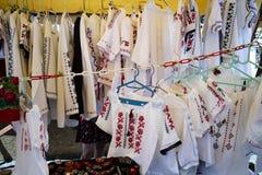 Ρουμανικά παραδοσιακά πουκάμισα στην επίδειξη στοκ εικόνες