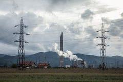 Ρουμανικές εγκαταστάσεις παραγωγής ενέργειας άνθρακα με τα ηλεκτροφόρα καλώδια ηλεκτρικής ενέργειας στο μέτωπο Παρά τις μεταρρυθμ Στοκ Εικόνες