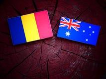 Ρουμανική σημαία με την αυστραλιανή σημαία σε ένα κολόβωμα δέντρων που απομονώνεται Στοκ Εικόνα