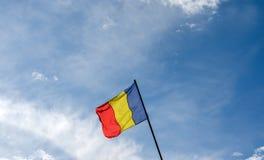 Ρουμανική σημαία που κυματίζει στον αέρα στοκ εικόνα