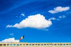 Ρουμανική σημαία στην κυβέρνηση που χτίζει το Βουκουρέστι Ρουμανία Στοκ Φωτογραφία