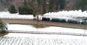 Ρουμανικό παλαιό τραίνο ατμού κατά την εναέρια άποψη Bucovina με τον κηφήνα