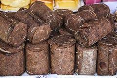 Ρουμανικό παραδοσιακό τυρί που τυλίγεται στο φλοιό έλατου και τις ρόδες του sm στοκ φωτογραφία