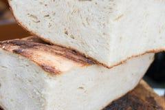 Ρουμανικό παραδοσιακό ψωμί φετών που ψήνεται στον ξύλινο φούρνο Στοκ Εικόνα