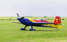 Ρουμανικό aerobatic αεροπλάνο που προετοιμάζεται για την απογείωση Στοκ Φωτογραφία