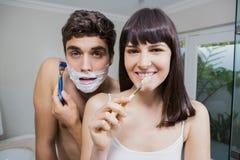 Ρουτίνα λουτρών για το ευτυχές νέο ζεύγος στοκ φωτογραφία με δικαίωμα ελεύθερης χρήσης
