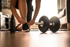 Ρουτίνα πρωινού workout στην εγχώρια γυμναστική στοκ φωτογραφία