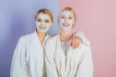 Ρουτίνα Pampering Φίλοι, αδελφές ή mom και κόρη κοριτσιών που καταψύχουν κάνοντας τον άργιλο την του προσώπου μάσκα Αντι μάσκα ηλ στοκ φωτογραφίες με δικαίωμα ελεύθερης χρήσης