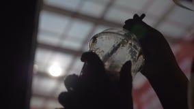 Ρουφώντας γουλιά γουλιά κοκτέιλ με το άχυρο απόθεμα βίντεο