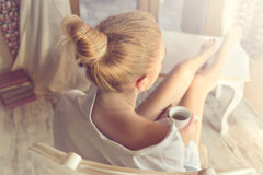 Ρουφώντας γουλιά γουλιά καφές γυναικών σε μια μαγική στιγμή ήρεμου στοκ φωτογραφία