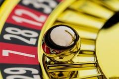 Ρουλέτα που παίζει στη χαρτοπαικτική λέσχη Στοκ φωτογραφία με δικαίωμα ελεύθερης χρήσης