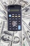 Ρούβλι υπολογιστών και νομισμάτων στο υπόβαθρο των δολαρίων τραπεζογραμματίων Στοκ Εικόνες