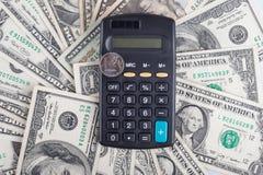 Ρούβλι υπολογιστών και νομισμάτων στο υπόβαθρο των δολαρίων τραπεζογραμματίων Στοκ φωτογραφία με δικαίωμα ελεύθερης χρήσης