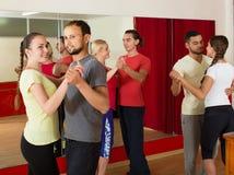 Ρούμπα χορού ομάδας ανθρώπων στο στούντιο Στοκ φωτογραφία με δικαίωμα ελεύθερης χρήσης