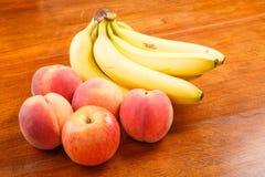 Ροδάκινα και μπανάνες με τη Apple Στοκ φωτογραφίες με δικαίωμα ελεύθερης χρήσης