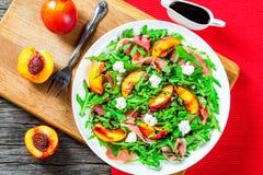 Ροδάκινα, arugula, prosciutto, τυρί αιγών, σαλάτα με το βαλσαμικό β Στοκ Φωτογραφίες