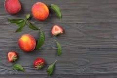 ροδάκινο Φρούτα με το πράσινο φύλλο στον ξύλινο πίνακα Τοπ άποψη με το διάστημα αντιγράφων στοκ εικόνα