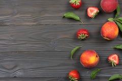 ροδάκινο Φρούτα με το πράσινο φύλλο στον ξύλινο πίνακα Τοπ άποψη με το διάστημα αντιγράφων στοκ φωτογραφία με δικαίωμα ελεύθερης χρήσης